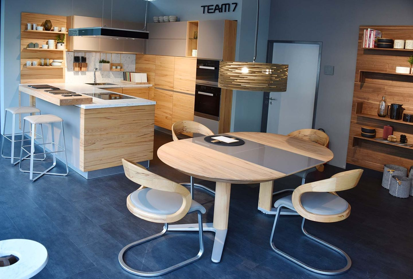 linee solid wood kitchen und girado dining table at TEAM 7 Stuttgart