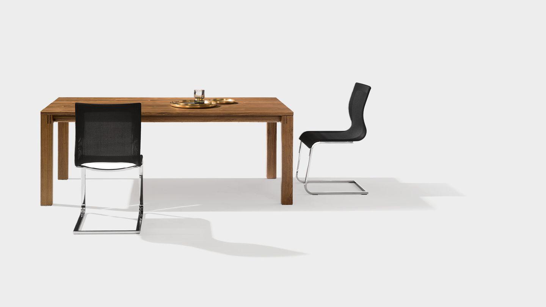 Ausziehtisch magnum in Nussbaum mit magnum Freischwinger Stühlen