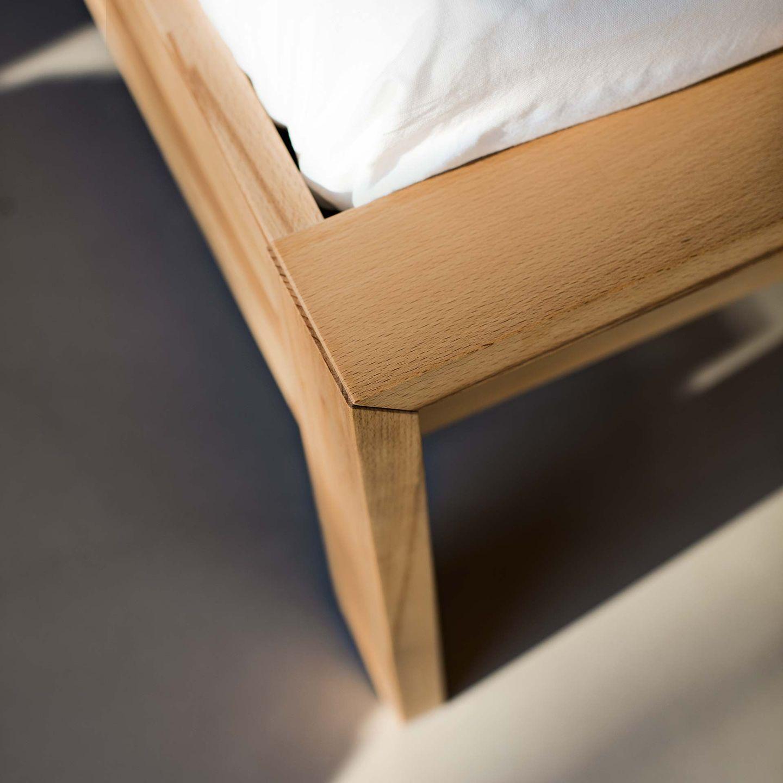 Bett lunetto mit Holzverbindung aus Naturholz