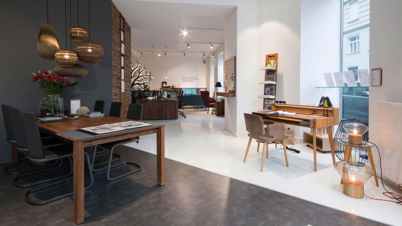 magnum Tisch in Nussbaum mit f1 Stuhl im TEAM 7 Store Wien