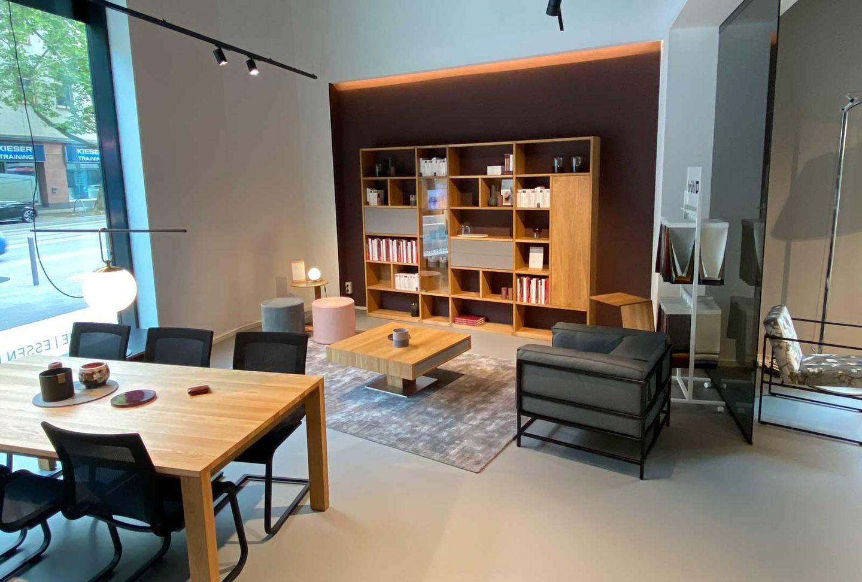 magnum Tisch und Stühle mit cubus Wohnwand bei TEAM 7 Frankfurt.