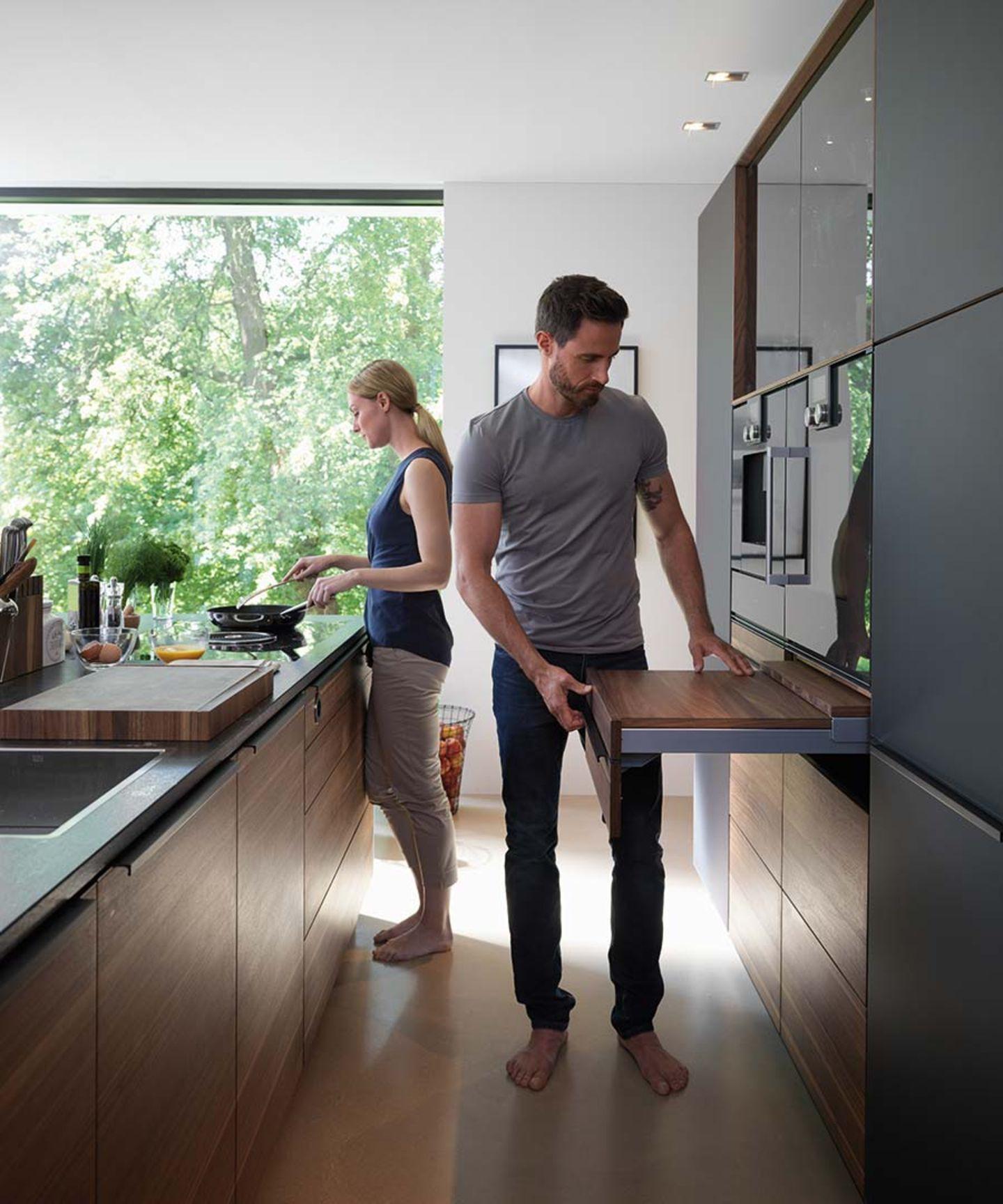 Cuisine en bois massif black line avec étagère coulissante