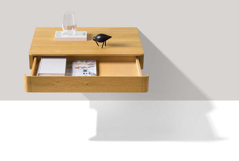 Table de chevet float en bois massif suspendue avec tiroir ouvert