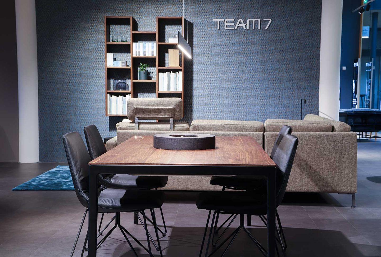 tak Tisch in Nussbaum mit lui Stühlen bei TEAM 7 Berlin.