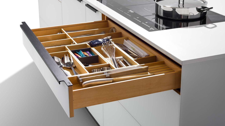 """Дизайнерская кухня """"linee"""" из чистого дерева с отделом для столовых приборов"""