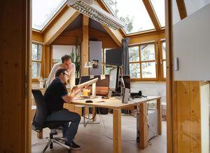 Designer und Produktmanager beim Entwickeln von TEAM 7 Möbeln