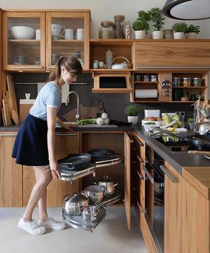 Vollholzküche rondo mit praktischem Eckschrank Auszug