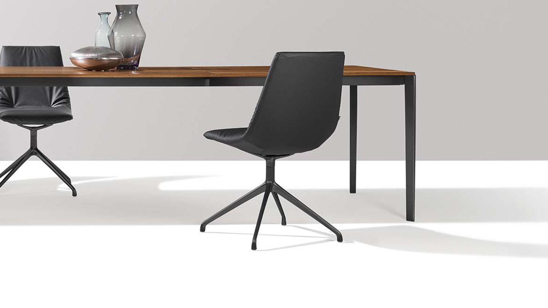 tak Auszugstisch schwarz matt mit lui Stuhl.