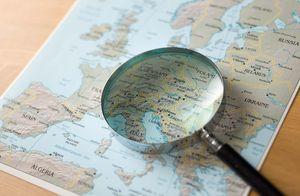 Landkarte von Europa mit darauf liegender Lupe