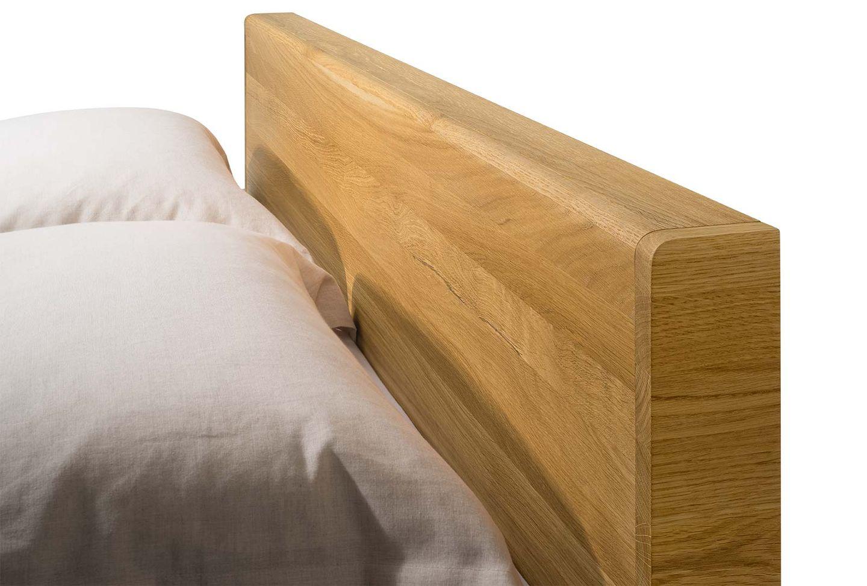 Dettaglio letto float in legno naturale con testiera in legno
