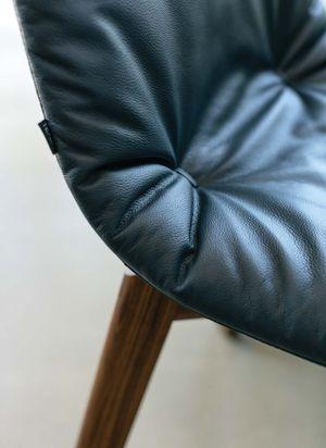 Stuhl lui in Leder mit attraktivem Faltenwurf
