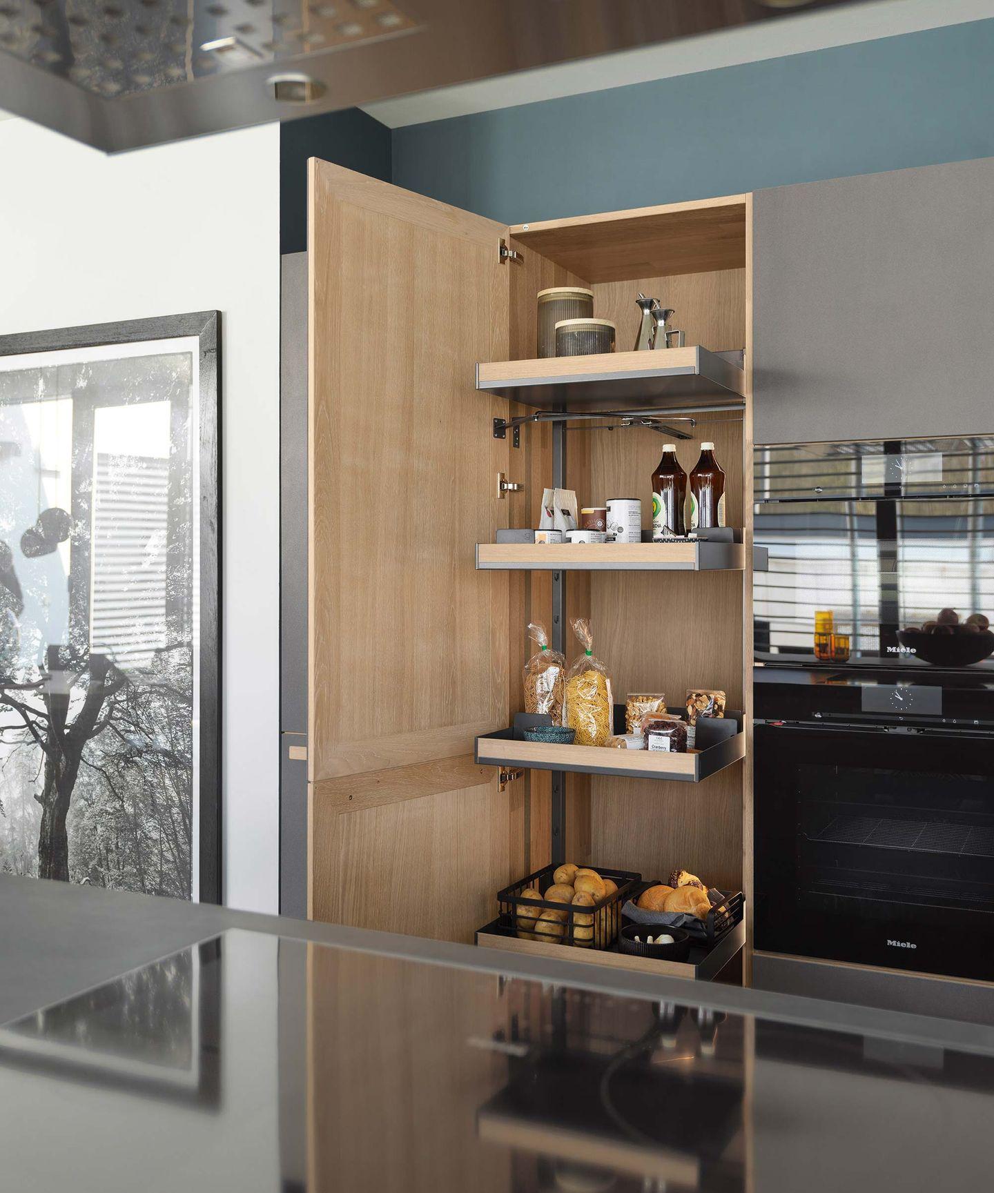 Высокий стеллаж в кухне cera line