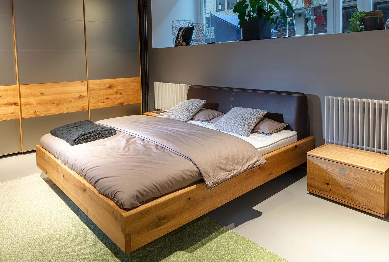 nox Massivholz Bett in Eiche mit Lederhaupt bei TEAM 7 Hamburg City