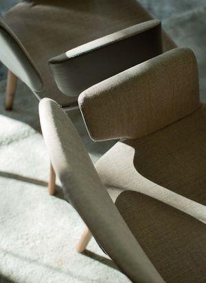 Chaise rembourrée aye avec revêtement en tissu et en cuir