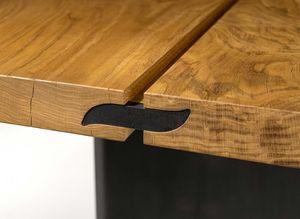 Foglia del logo di TEAM 7 come giunto per le due tavole che compongono il tavolo echt.zeit