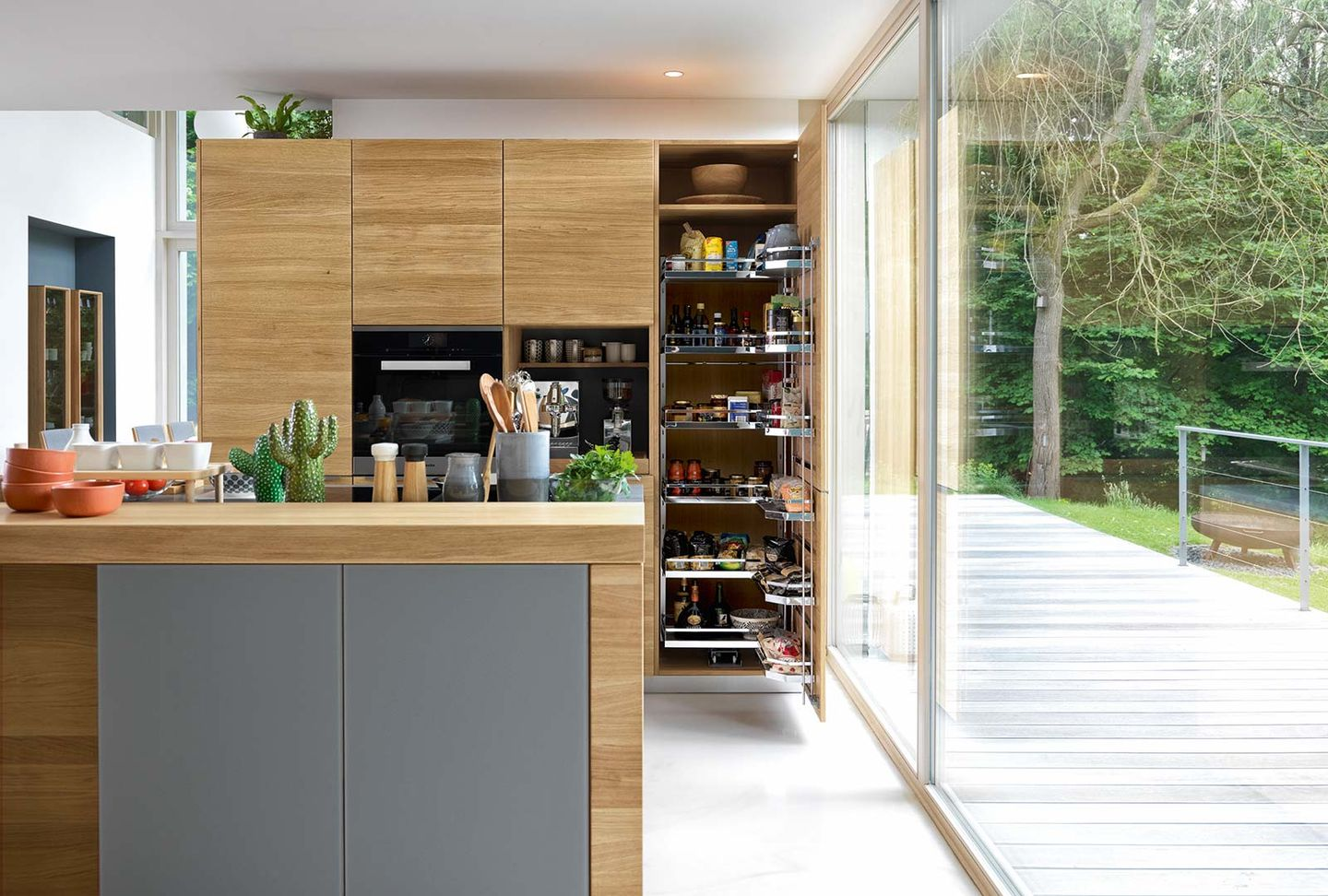 linee wood kitchen combined with coloured glass