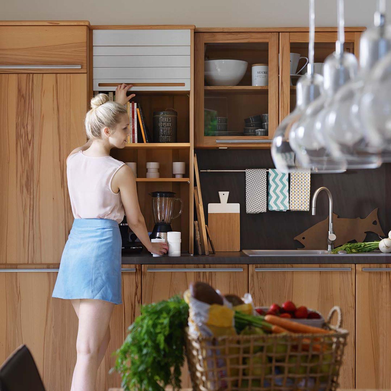 Vollholzküche rondo mit praktischem Aufsatzschrank hinter einem Rollo