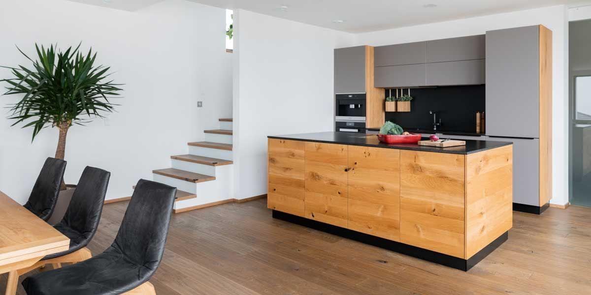 linee Küche in Eiche Wild mit lui Stühlen von TEAM 7 Linz