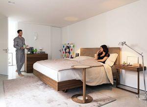 Paar im Schlafzimmer mit Massivholzbett float von TEAM7