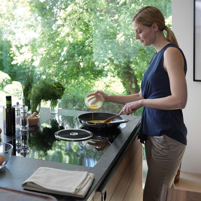 Cucinare in modo sano nella cucina black line in legno naturale